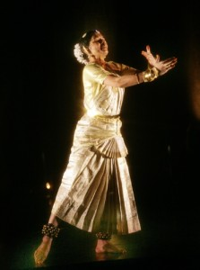 Abhinaya in Bharatanatyam – a woman embracing her lover Photography Cylla von Tiedemann Dancer Srividya Natarajan